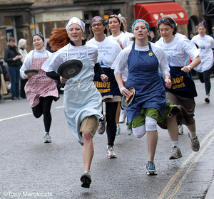 Olney_ladies_pancake_race