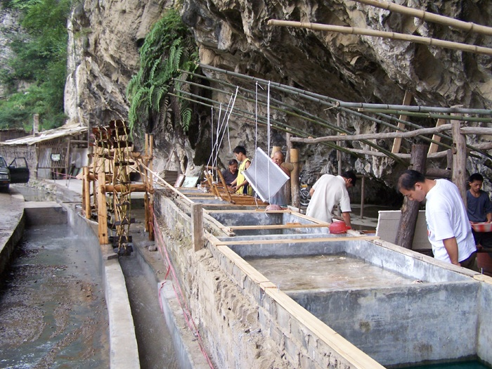 Photo: Shiqiao men making paper